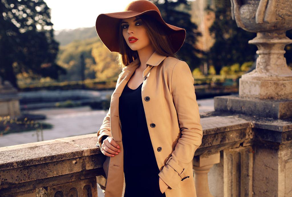 Beżowy płaszcz doskonale pasuje do wielu codziennych stylizacji. Zdjęcie ilustracyjne, Svyatoslava Vladzimirska/shutterstock.com