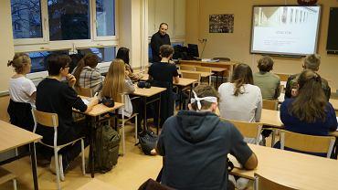 Uczniowie z II LO w Białymstoku podczas zajęć z dr. Bartoszem Kuźniarzem z UwB