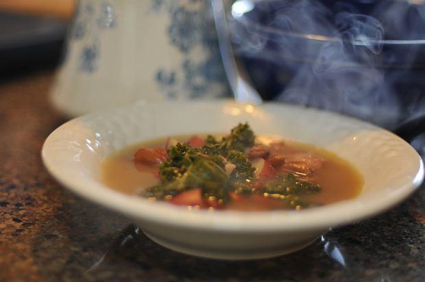 Caldo verde to specyficzna zupa - ciężka, zawiesista, bardzo mięsna