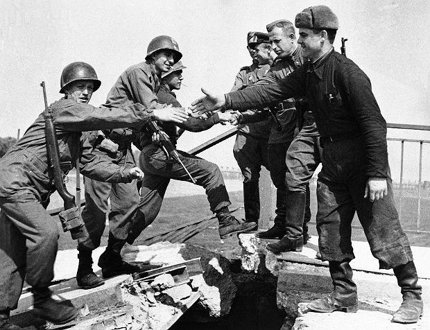 Spotkanie zwycięzców, czyli żołnierzy amerykańskich i sowieckich, 26 kwietnia 1945 r. na szczątkach wysadzonego w powietrze mostu na Łabie w mieście Torgau w Saksonii