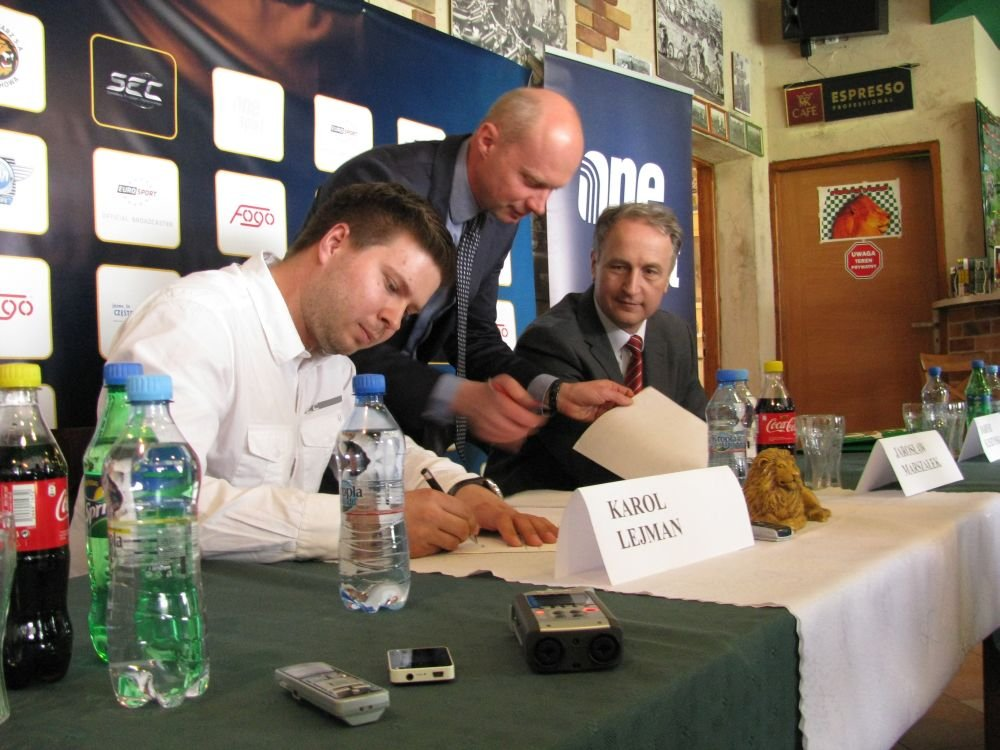 Konferencja prasowa. Od lewej: prezes One Sport Karol Lejman, prezes Włókniarza Dariusz Śleszyński oraz wiceprezydent Częstochowy Jarosław Marszałek