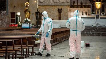 Dezynfekcja kościoła w czasie epidemii (zdjęcie ilustracyjne)