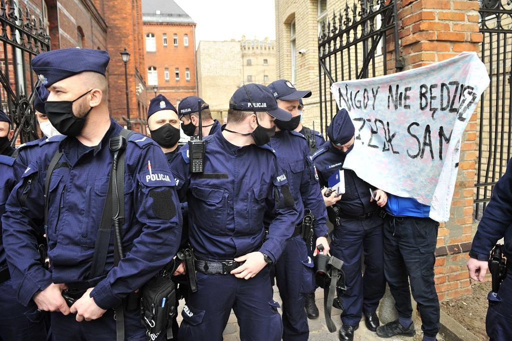 Policja chroniła budynek sądu, w którym zeznawał Tadeusz Rydzyk