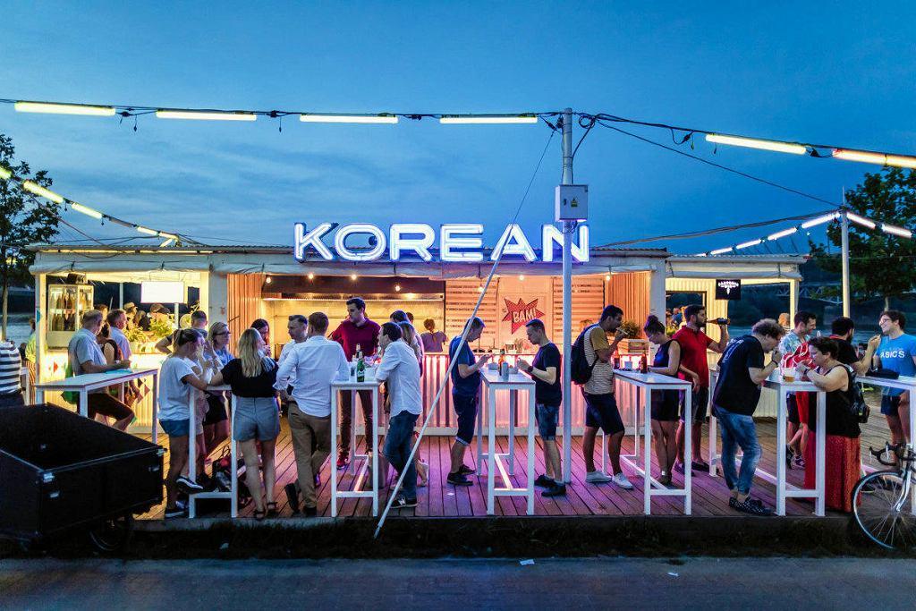 BAM! Korean Street Food karmi na Placu Zabaw i na barce Wisława / WOJTEK RADWAŃSKI