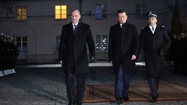 Antoni Macierewicz oddaje kierownictwo resortu obrony narodowej Mariuszowi Błaszczakowi. Uroczystość na dziedzińcu MON, Warszawa, 9 stycznia 2018