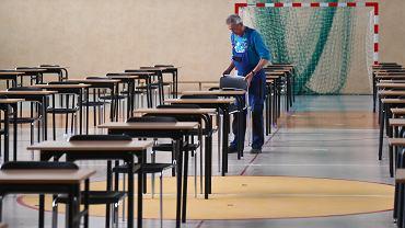 Szkoły szykują się do egzaminów: ławki  mają być oddalone od siebie o półtora metra.