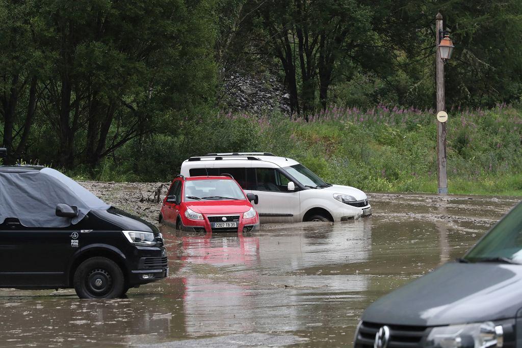 Burze i opady deszczu we Francji. Przerwany wyścig Tour de France