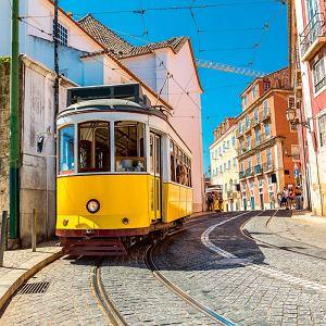 Obejrzyj Lisbonę z okna słynnego tramwaju 28, który wspina się wąskimi uliczkami.