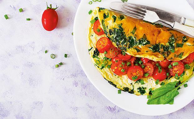 Omlet francuski z pomidorkami szpinakiem i szczypiorkiem
