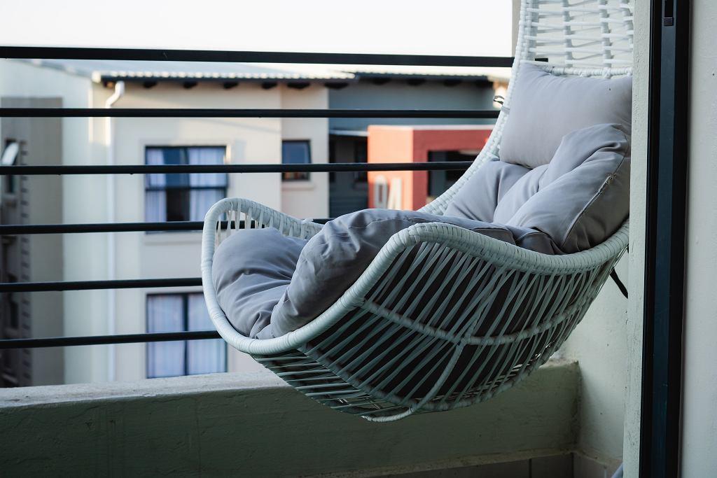 Fotel wiszący na balkonie