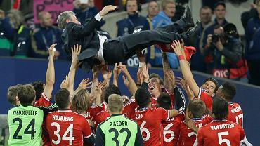 Trener Bayernu Monachium Jupp Heynckes podrzucany przez piłkarzy po triumfie w Lidze Mistrzów