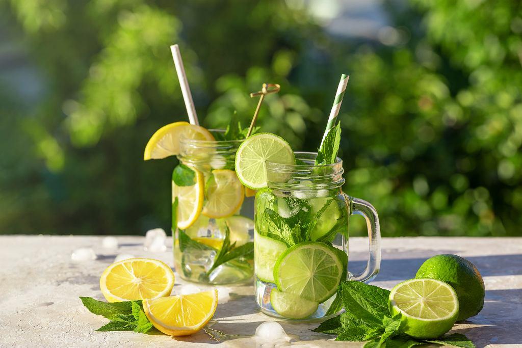 Lemoniada to idealny napój na gorące lato. Zdjęcie ilustracyjne