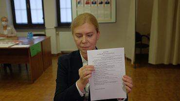 Białystok. Konsulat Republiki Białoruś, przygotowanie lokalu do wyborów prezydenckich. We wtorek (4 sierpnia) rozpoczęło się głosowanie przedterminowe. Głosuje Konsul Generalny Republiki Białoruś w Białymstoku Alla Fedorova