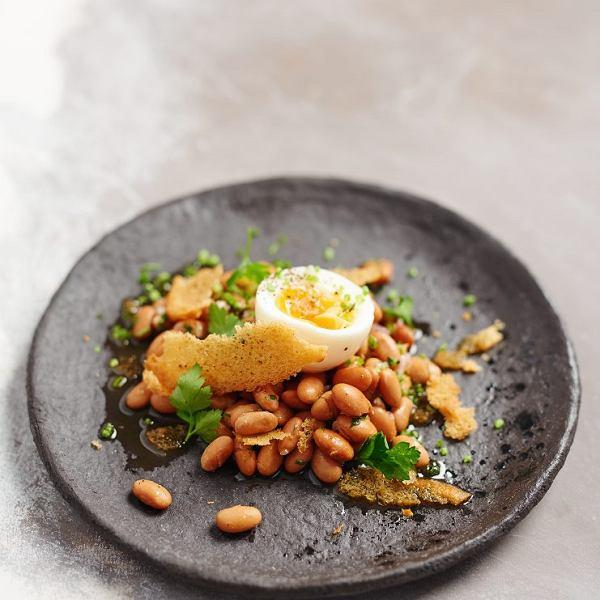 Sałatka z białą fasolą, jajkiem i grzankami