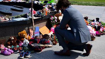 Premier Kanady Justin Trudeau pod pomnikiem Wiecznego Płomienia po odkryciu szczątków dzieci rdzennych mieszkańców w Kamloops w Kolumbii Brytyjskiej