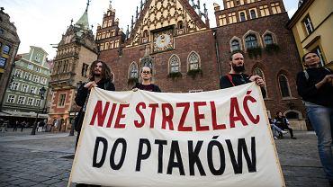 Zdjęcie ilustracyjne. Rok 2019. Happening Koalicji Niech żyją! przeciwko polowaniom na dzikie ptaki we Wrocławiu