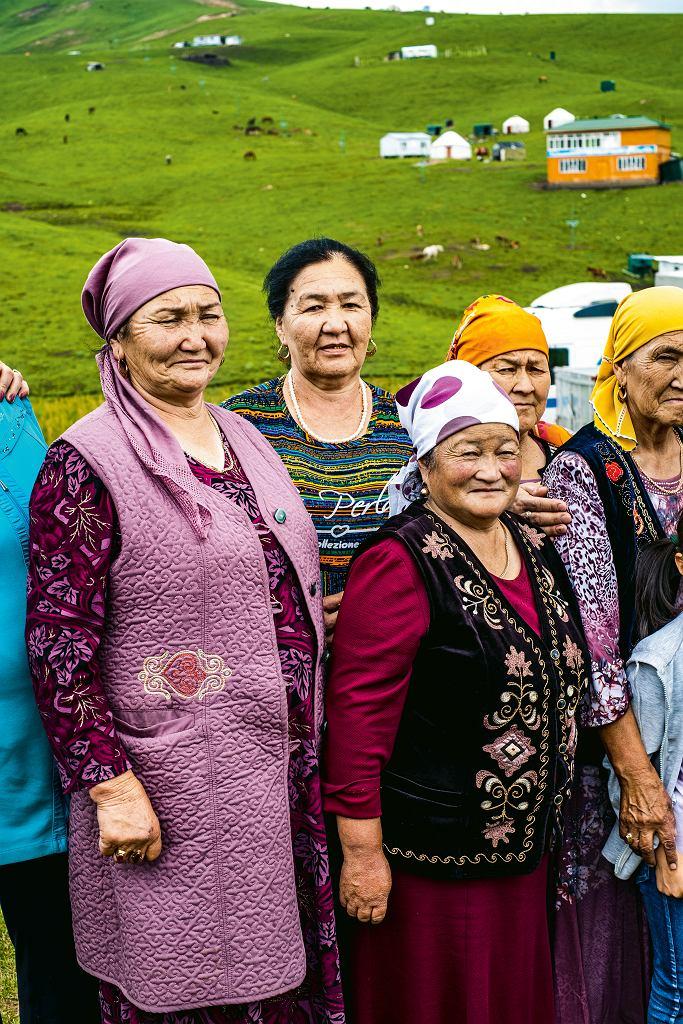 Kirgistan, lokalne turystki na trasie z Oszu na południe - przystanek na świeży kumys wśród pasterskich jurt