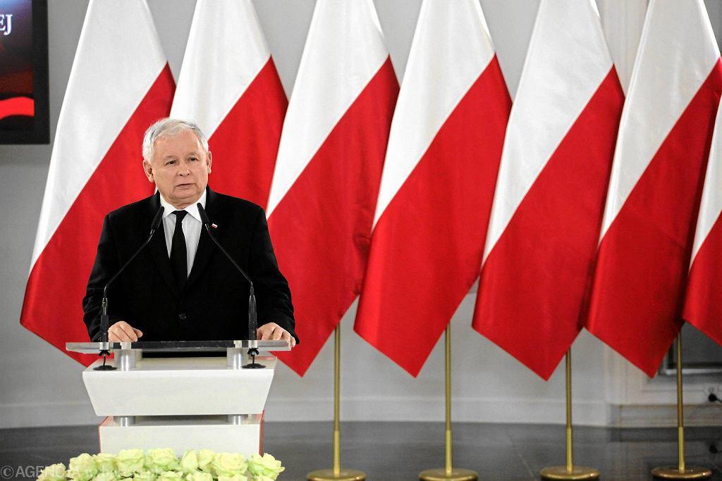 Prezes PiS Jarosław Kaczyński podczas przemówienia w Dniu Flagi RP zaproponował przygotowanie nowej konstytucji