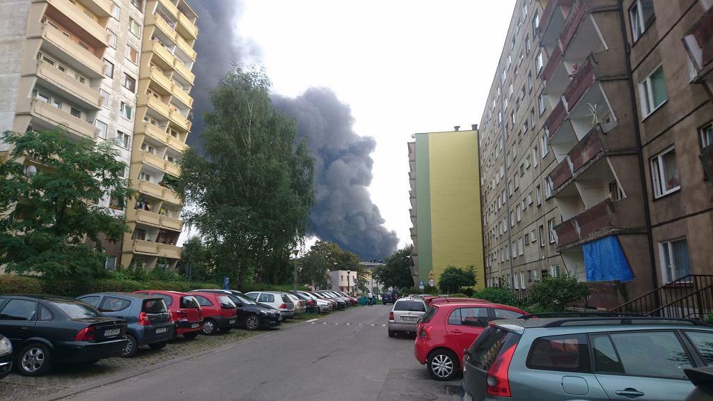 Widoczne z kilku kilometrów kłęby czarnego dymu i słup ognia uniosły się w środę po południu nad śródmieściem Sosnowca
