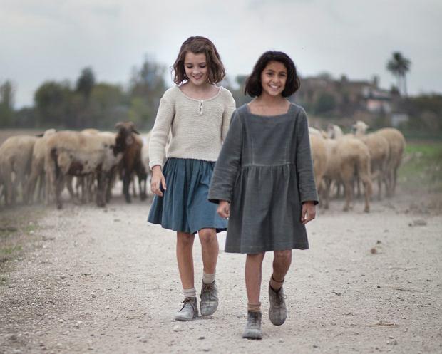 Dwie twarze nie do zapomnienia 11-letnia Ludovica Nasti (Lila) i 12-letnia Elisa Del Genio (Elena) kradną cały show. Na zdjęciu tuż przed wrzuceniem lalek do piwnicy demonicznego Don Achillego