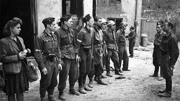 Zbiórka oddziału powstańczego z Batalionu 'Kiliński' na podwórzu kamienicy w Al. Jerozolimskich 6.