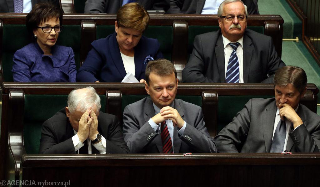 Minister spraw wewnętrznych w rządzie PiS Mariusz Błaszczak w ławach sejmowych. Wyjątkowo, na zwyczajowym miejscu swojego mocodawcy, prezesa PiS Jarosława Kaczyńskiego.