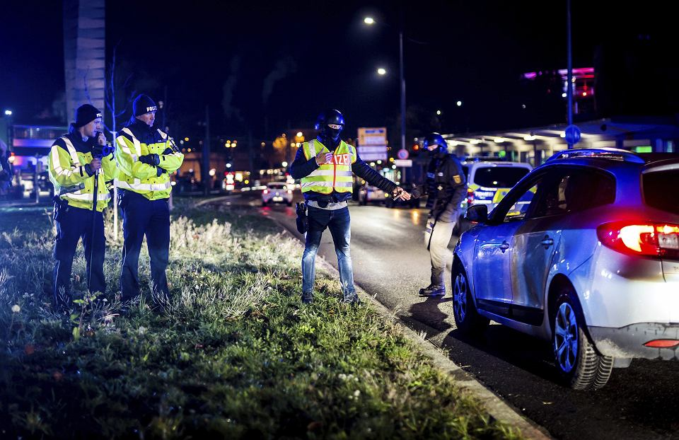 Policjanci kontrolują ruch na granicy niemiecko-francuskiej, Kehl, 12 grudnia 2018 r.