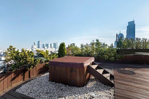 Relaksując się w tym jacuzzi na dachu możemy podziwiać panoramę miasta