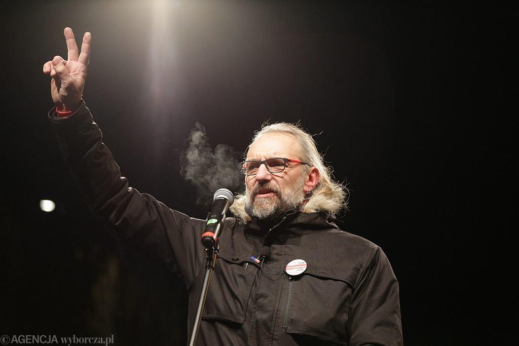 Mateusz Kijowski przemawia pod siedzibą PiS podczas marszu KOD (fot. Adam Stępień/AG)