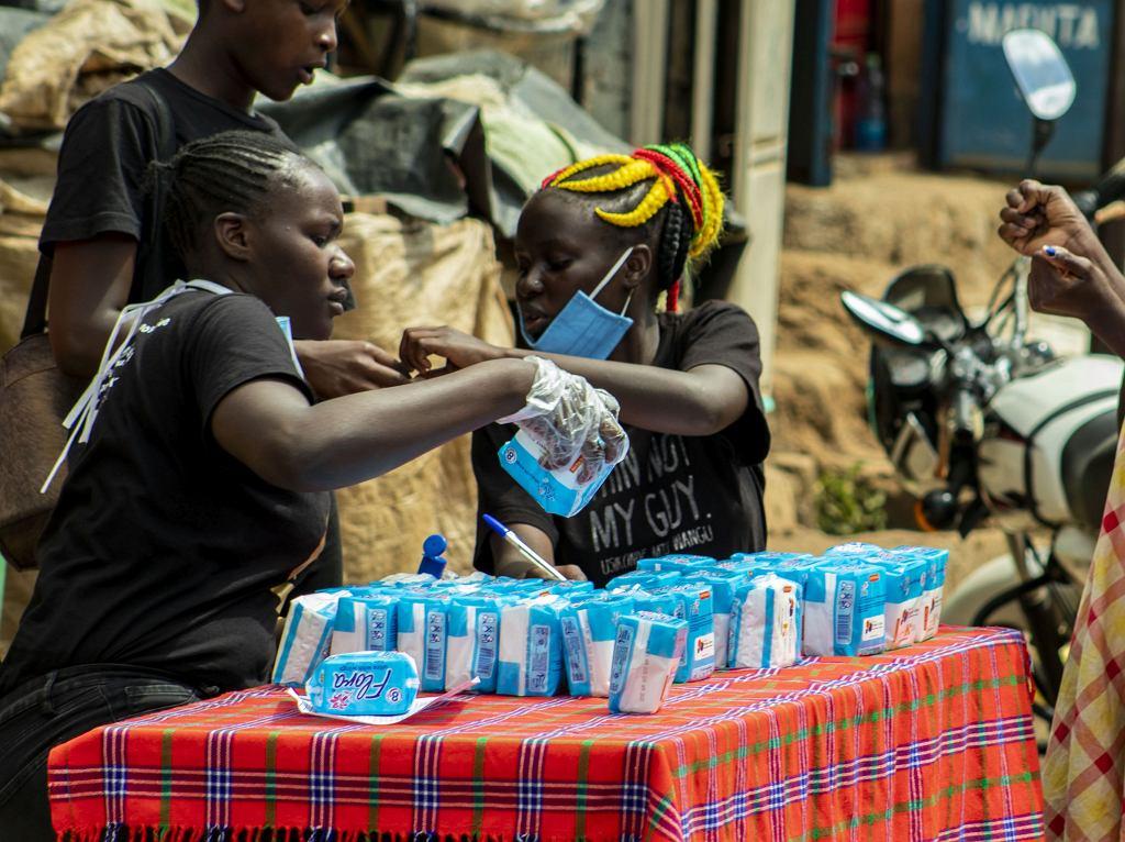 Emaculate Akinyi, Bessy Atieno i Latifa Ayuma rozdają podpaski w ramach projektu Smile Bank w Kiberze, dzielnicy biedy w pobliżu Nairobi