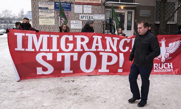 Styczeń 2016 r., Białystok. Wszechpolacy protestują przeciwko przyjęciu uchodźców z Syrii. Na pierwszym planie - poseł Andruszkiewicz