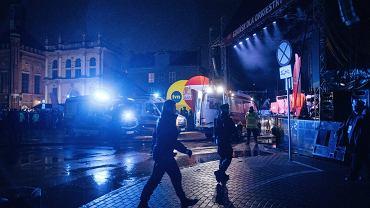 Policja na zapleczu sceny WOŚP po ataku nożownika na prezydenta miasta Pawła Adamowicza. Gdańsk, Targ Węglowy, 13 stycznia 2019