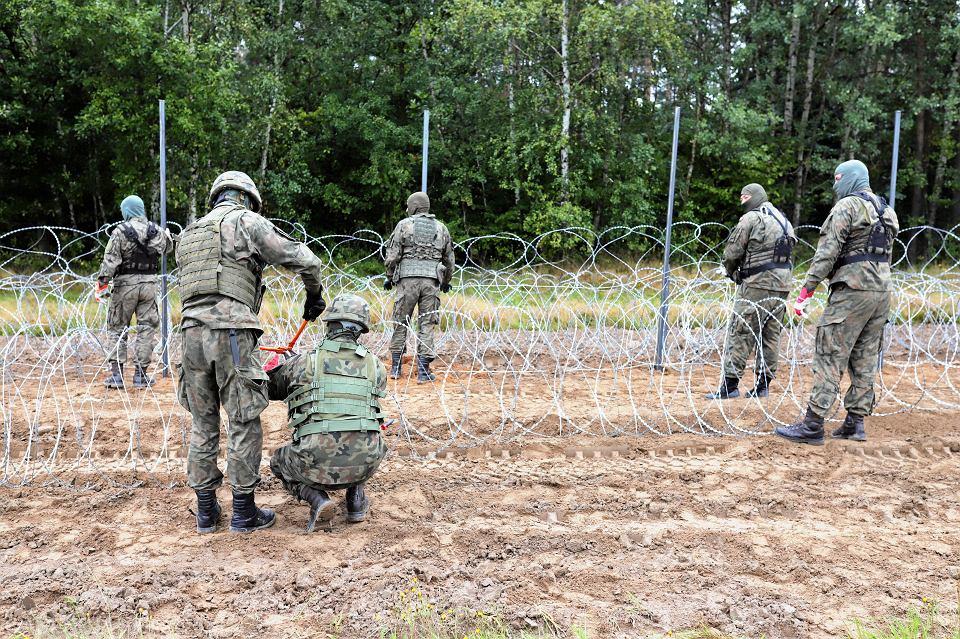 27.08.2021, granica polsko-białoruska między Krynkami a Jurowlanami, wojsko buduje płot z drutu kolczastego.