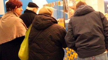 Kolejka w kolekturze w siedzibie głównej Lotto przy Targowej
