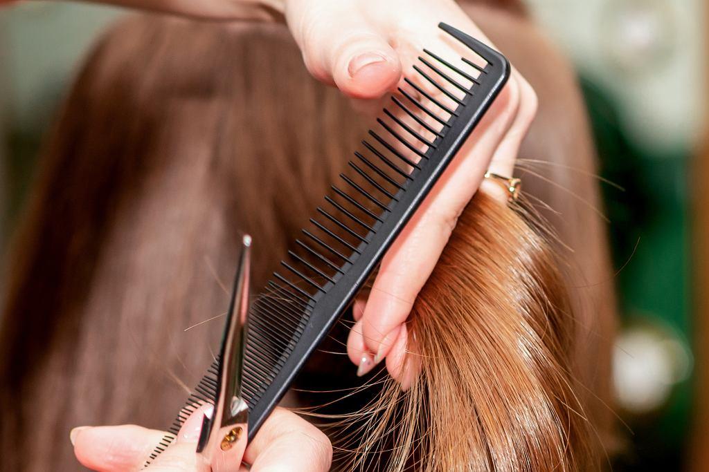 Odmładzające fryzury dla 60 latek. Hitowe cięcia, które robią furorę! Odejmą nawet 10 lat (zdjęcie ilustracyjne)