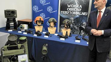 Pokaz sprzętu dla Wojsk Obrony Terytorialnej z udziałem ministra obrony narodowej Antoniego Macierewicza