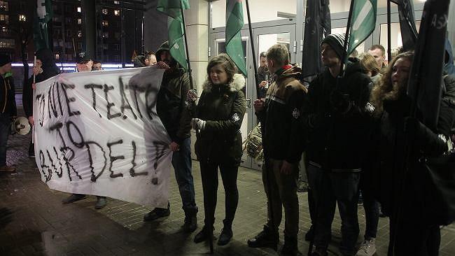 Protest przed Teatrem Powszechnym w związku z wystawieniem sztuki pt. 'Klątwa'