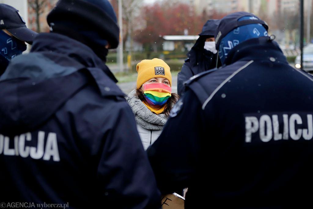 Częstochowa, 29 listopada 2020 r. Policja spisuje jedną z uczestniczek demonstracji w obronie praw kobiet