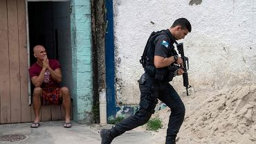 Oficer policji w faweli Cidade de Deus' (Miasto Boga) na obrzeżach Rio de Janeiro.