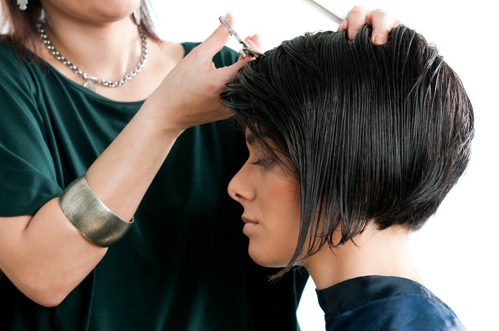 Fryzury po 50 cienkie włosy. Cięcia, które dodadzą objętości kosmykom i odejmą lat