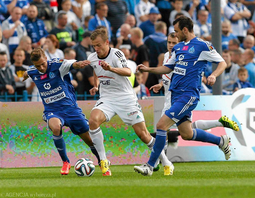 Daniel Dziwniel i Filip Starzyński (na niebiesko) w meczu Ruch Chorzów - PGE GKS Bełchatów 0:1