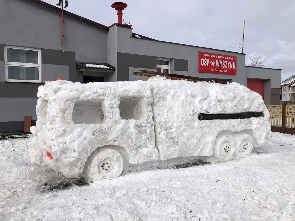 Wóz ze śniegu wykonany przez strażaków z OSP Wyszyna.