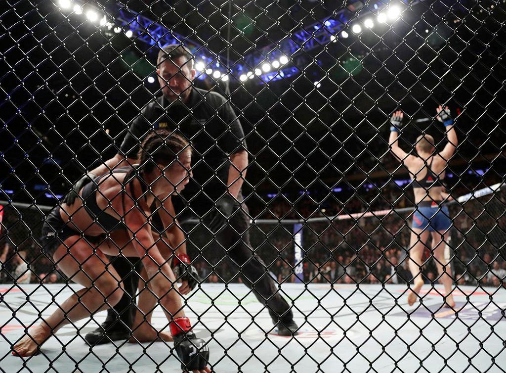 Seria Jędrzejczyk zatrzymała się na 14 wygranych walkach z rzędu. Porażka na UFC 217 była jej pierwszą w karierze. Polka mogła pobić rekord Rondy Rousey w liczbie udanych obron tytułu, ale teraz obie mają ich na koncie po 5. Nową mistrzynią dywizji słomkowej została Rose Namajunas.