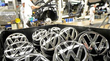 Emblematy Volkswagena w niemieckiej fabryce. Volkswagena