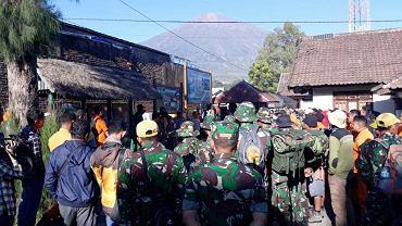 Wojsko pomaga w ewakuacji turystów z gór na indonezyjskiej wyspie Lombok