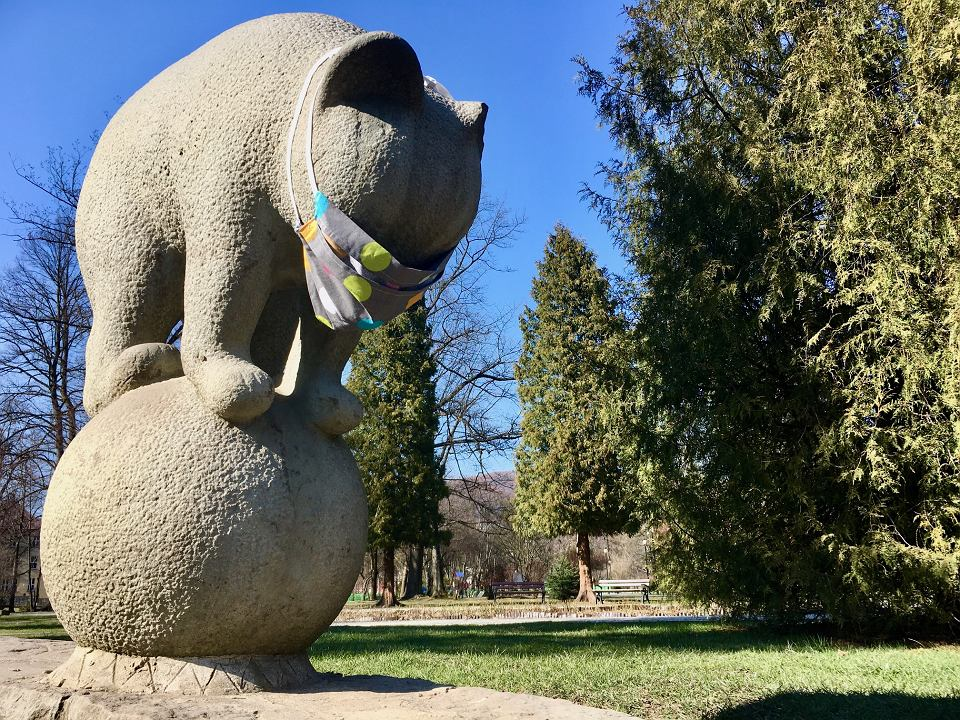 Kamienny niedźwiadek w parku miejskim