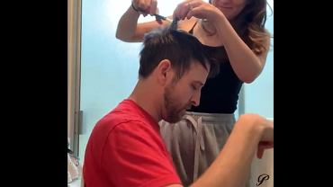 Obcięła włosy swojemu mężowi. Efekt? Jego mina mówi sama za siebie