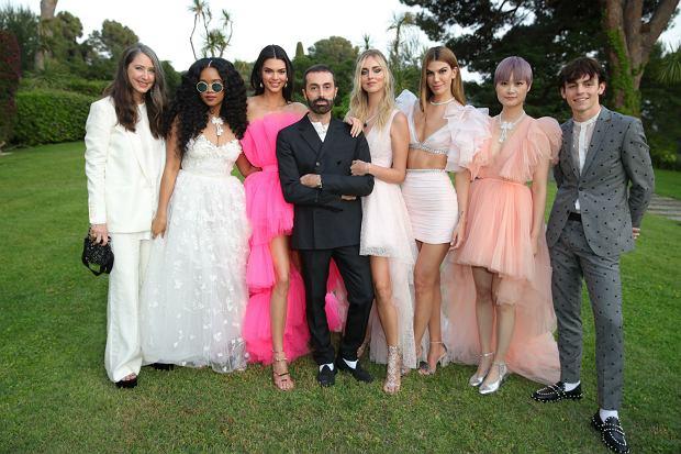 Projektant Giambattista Valli podczas gali amfAR w Cannes - Kendall Jenner, Chiara Ferrani, H.E.R (Gabriella Wilson), Chris Lee, Bianca Brandolini oraz Ross Lynch