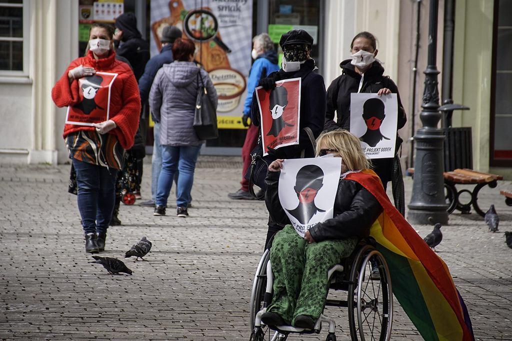 Cichy czarny protest na zielonogórskim deptaku przeciwko całkowitemu zakazowi aborcji