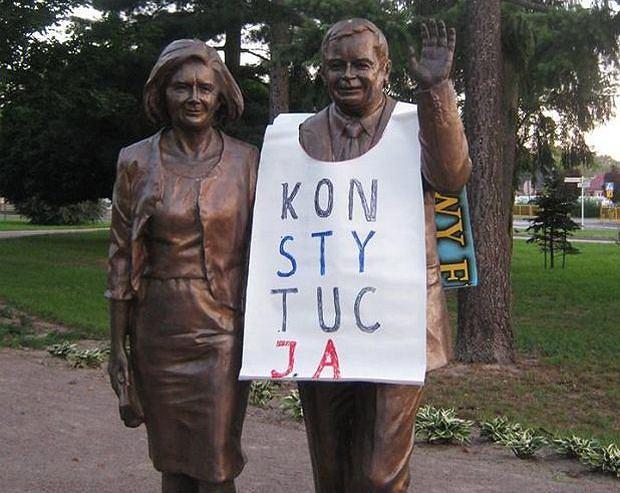 Biała Podlaska. POmnik Marii i Lecha Kaczyńskich w koszulce 'konstytucja'. Akcja działaczy KOD